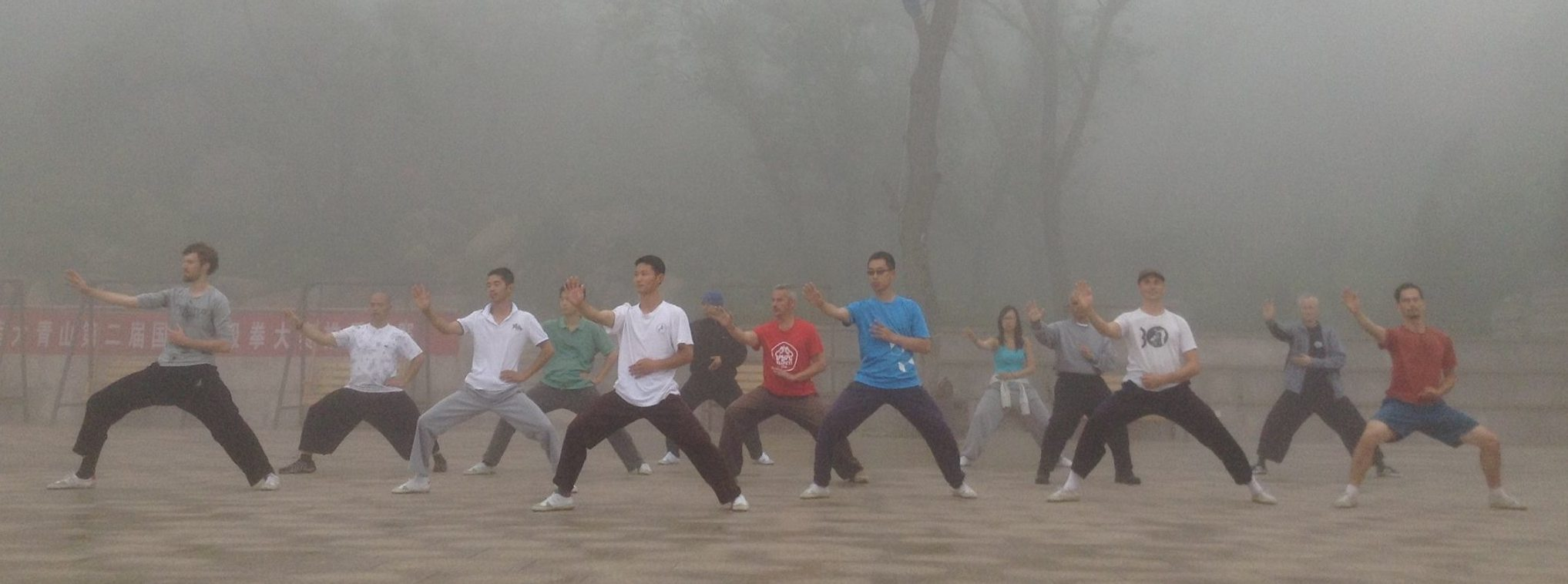Training im Nebel auf Da Qing Shan, China